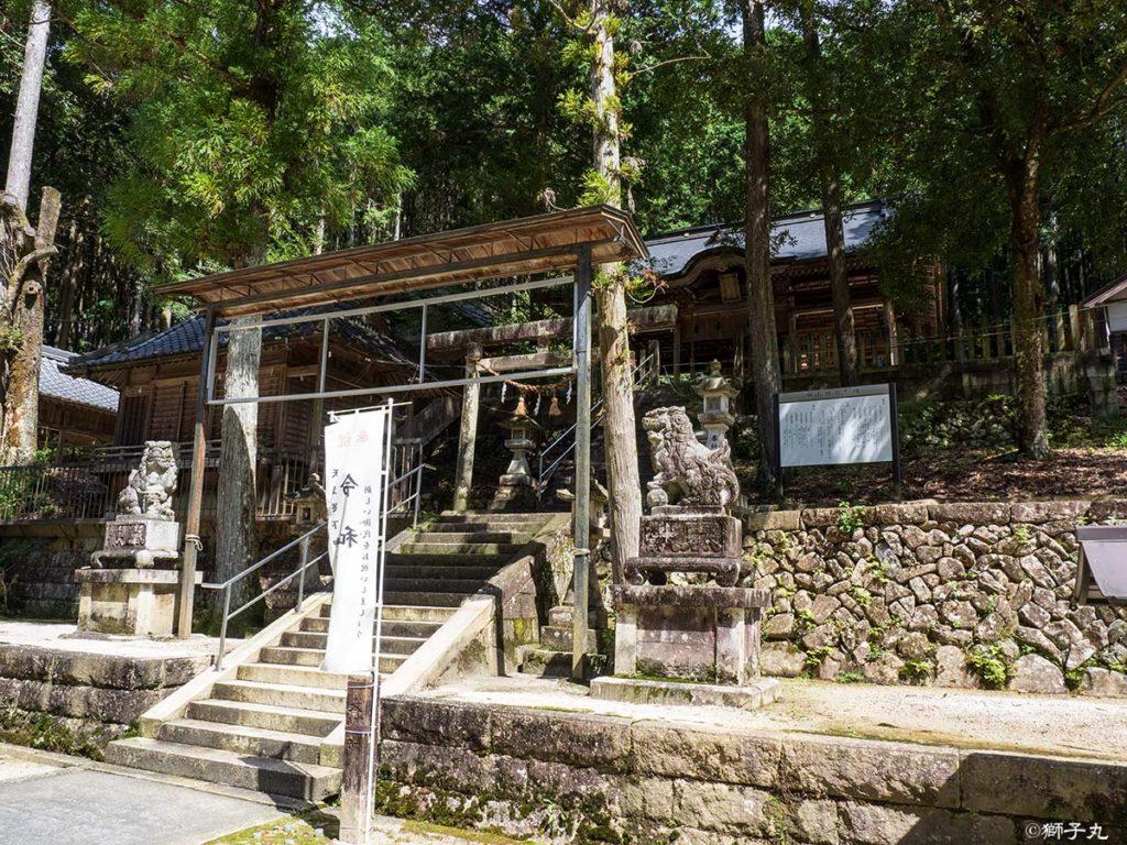 榊山神社 境内より拝殿を望む
