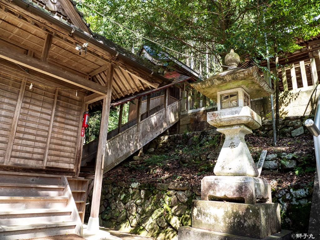 榊山神社 調進所と神饌所をつなぐ屋根付き階段