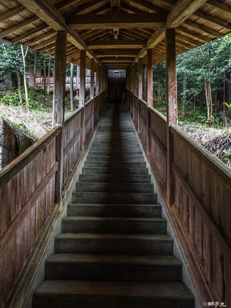 常磐神社 常磐会館横から拝殿へと続く屋根付き階段