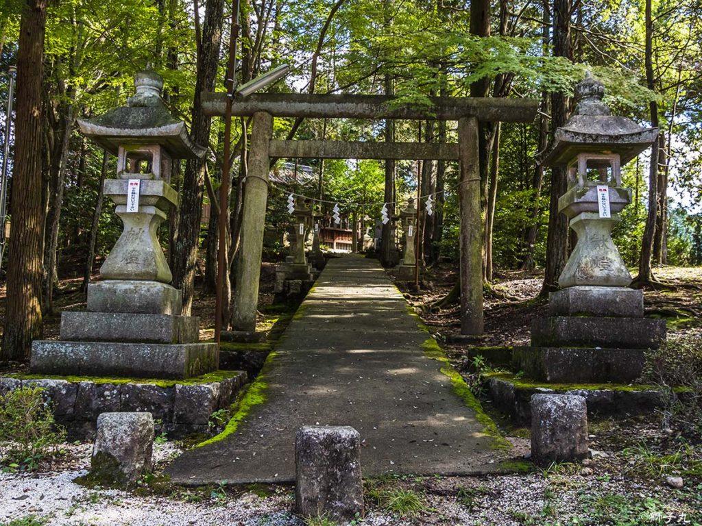 稲津招魂社 鳥居と石灯籠