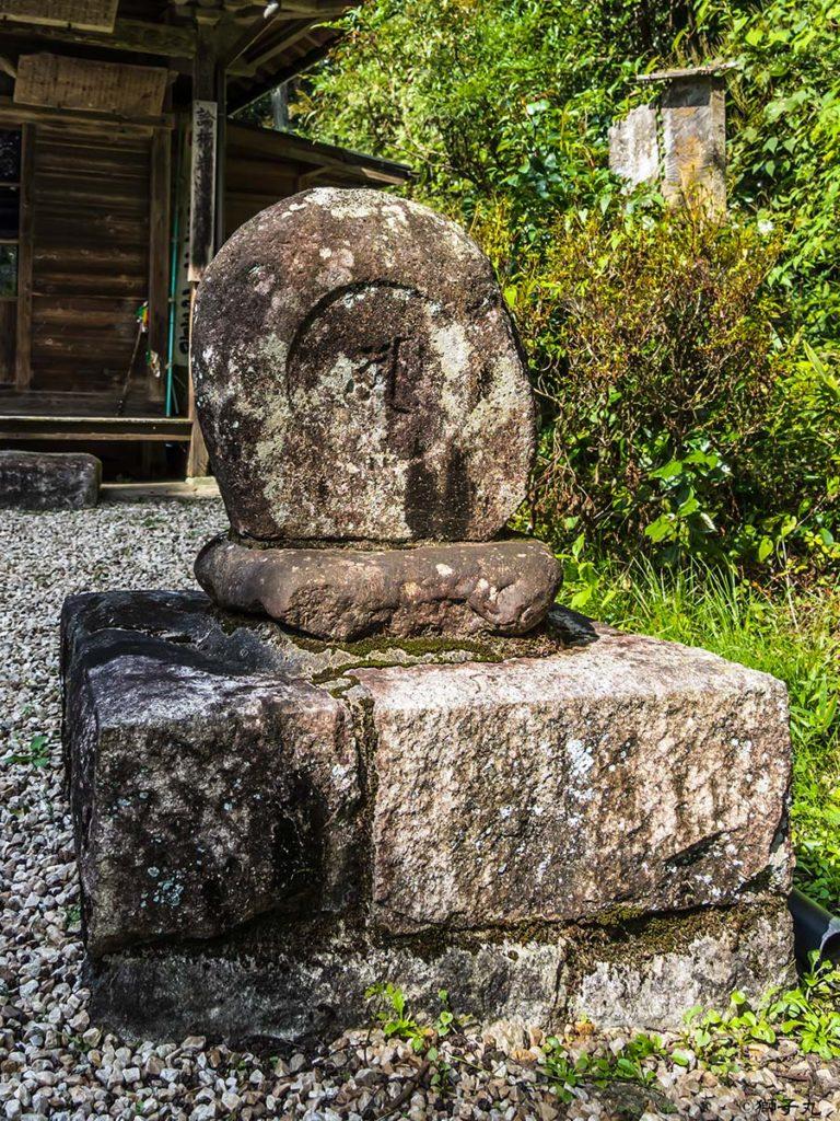 岩滝山 観音堂 論栃梵字碑