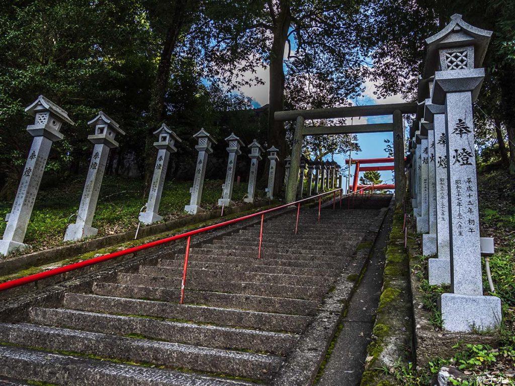 荷機稲荷神社 立ち並ぶ石灯籠と四の鳥居