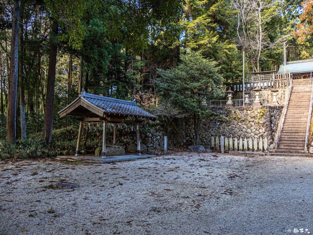中川神社(岐阜県中津川市) 境内中段 手水舎