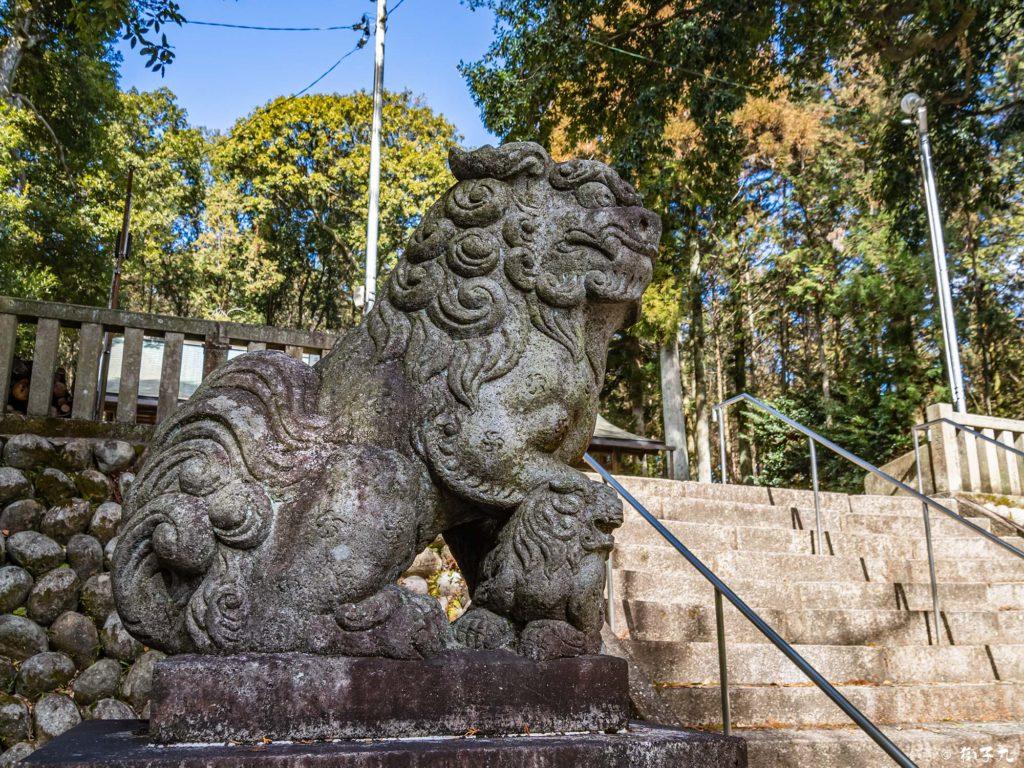 中川神社(岐阜県中津川市) 子連れ狛犬(吽形)
