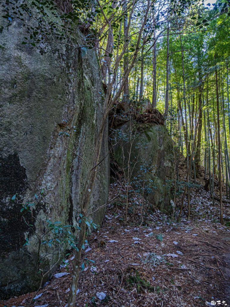 高森神社(苗木城跡) 風穴 巨石