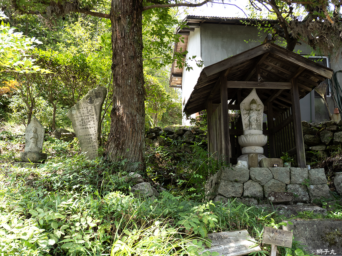 世界一の茶つぼ「豊穣の壺」 道路向かいのお堂