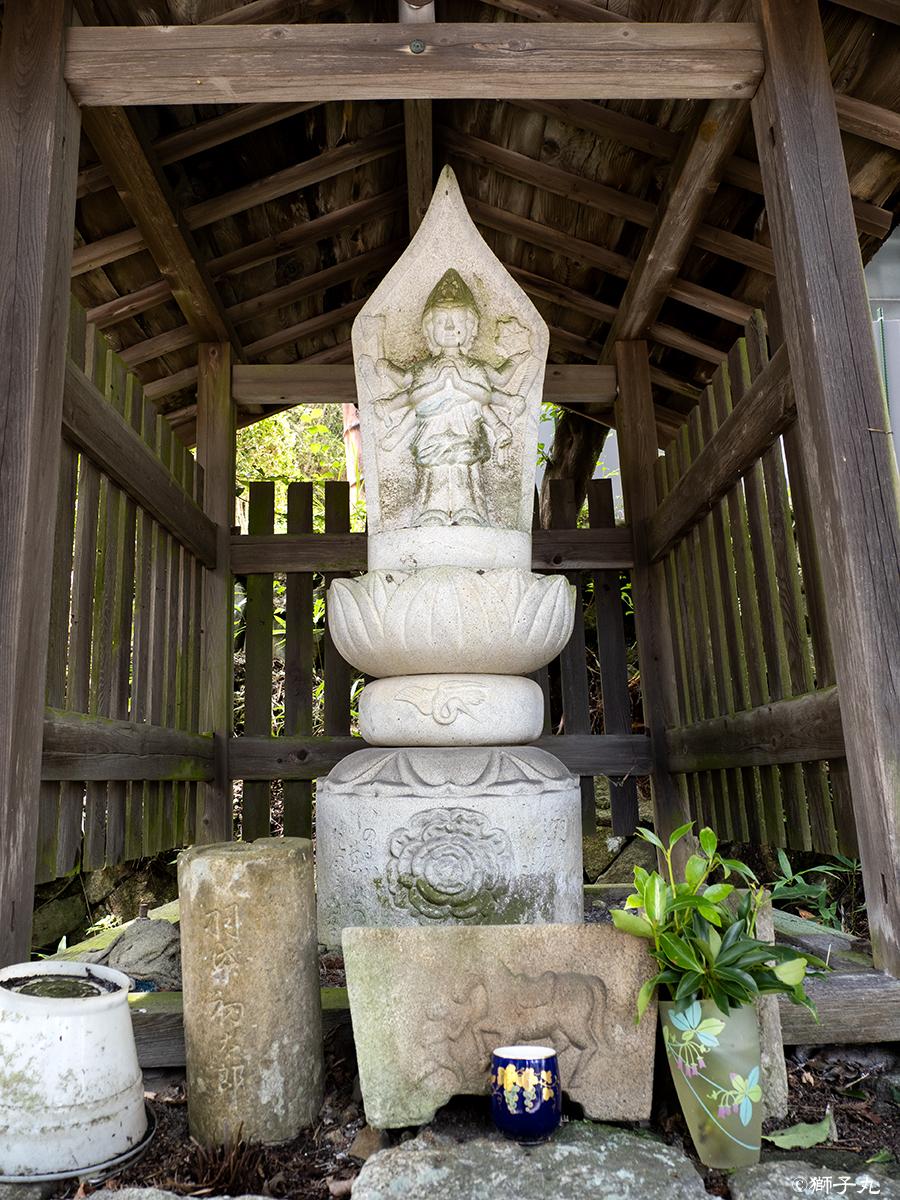 世界一の茶つぼ「豊穣の壺」 道路向かいの馬頭観音様
